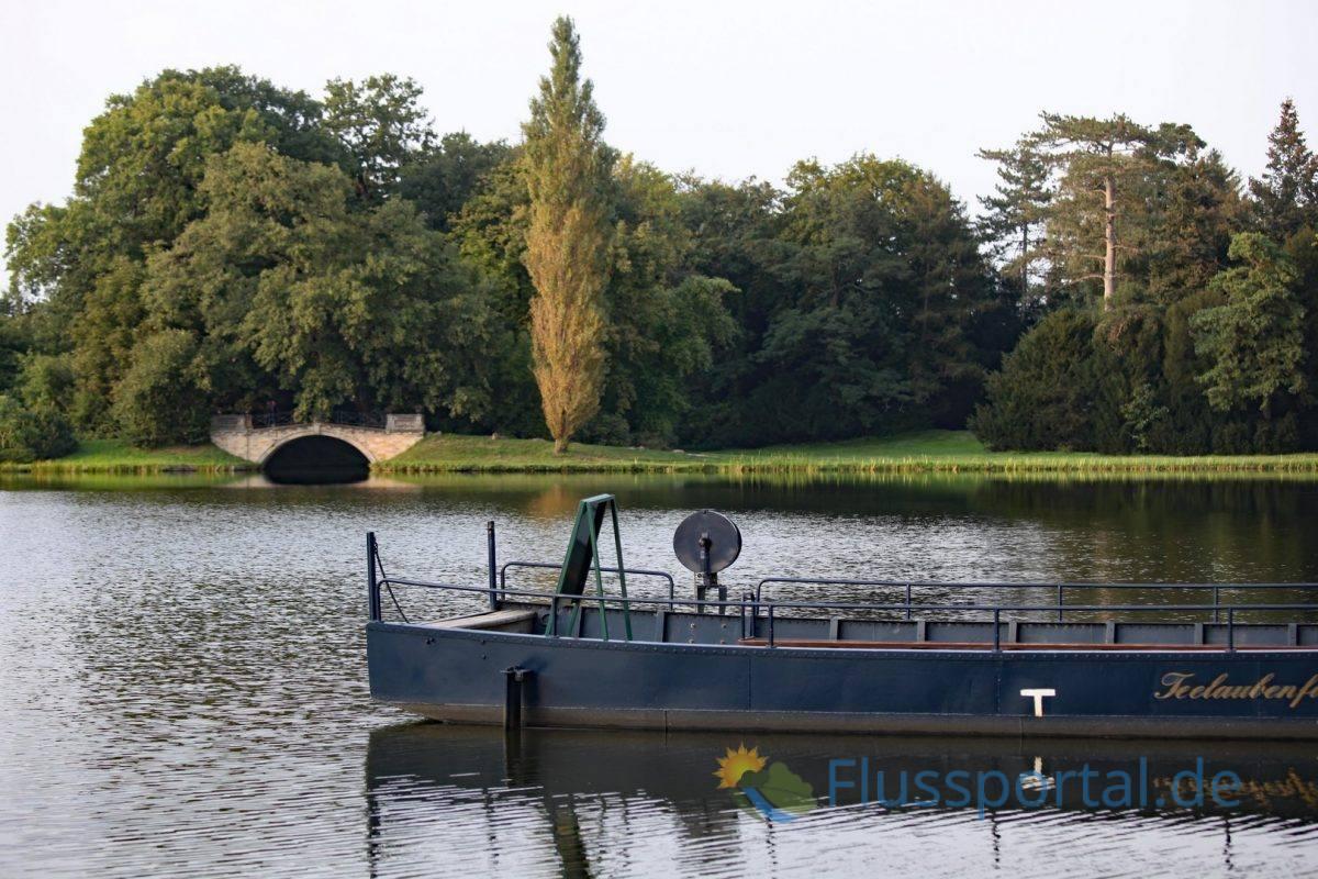 Die Teelaubenfähre verbindet den Schlossgarten mit der großen Insel auf der Neumarks Garten liegt Neumarks Garten