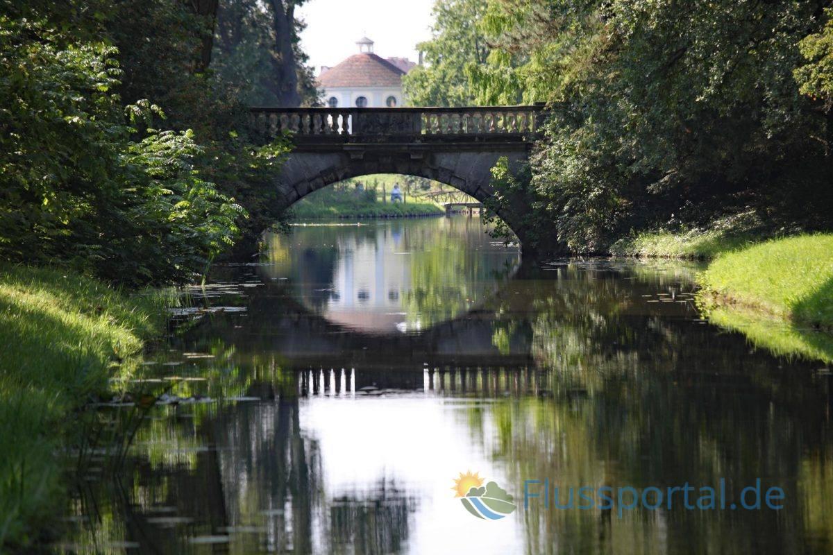 """Die schöne venezianische Brücke heißt """"Neue Brücke"""" und überquert den Verbindungskanal nahe am Wörlitzer See"""