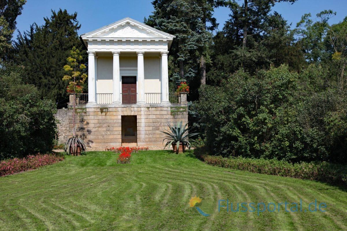 Vorbild für den Nachbau des Floratempels war ein Tempel aus dem 8. Jhd.in der Nähe von Spoleto der Flora der römischen Göttin des Frühlings und der Blumen huldigte